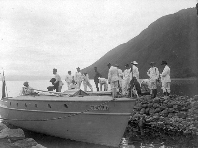 Bestuursambtenaren bij de motorboot Dairi op het Toba-meer te Silalahi, 1915 (kitlv)