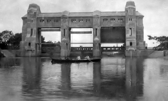 De sluizen van Wonokromo, 1921