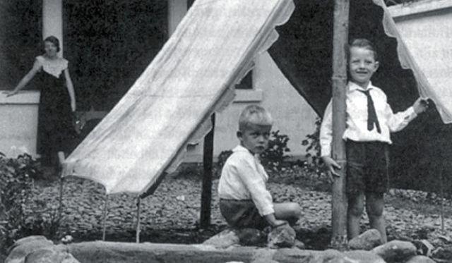 Nico Vink met zijn vriendje Kees Staal in Malang