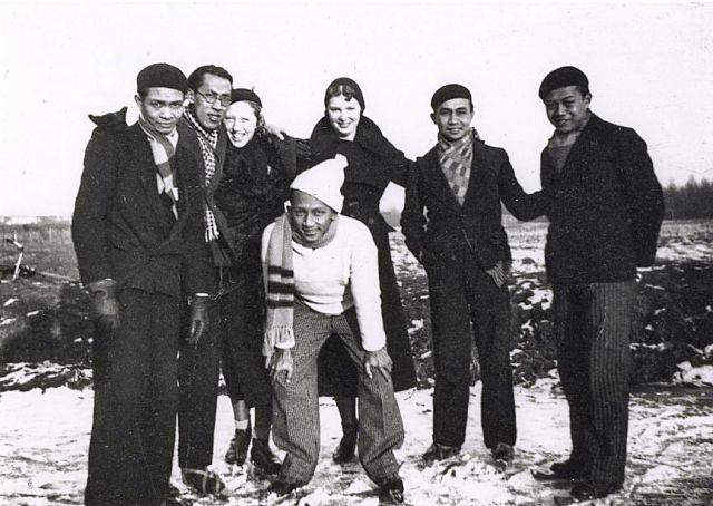 Foto uit 1932 van Indonesische studenten in Nederland. De latere regeringssecretaris Masdoelhak Nasoetion is tweede van rechts. (Kitlv)