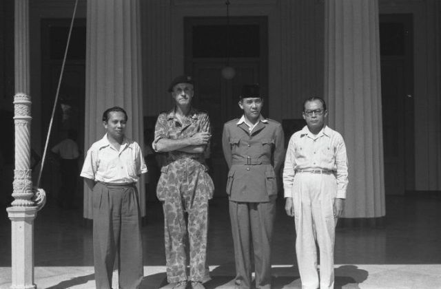 Na de inname van Yogyakarta in 1948 poseert de regering-Soekarno met de overwinnaar, vlnr Soetan Sjahrir, luitenant-kolonel Van Beek, Soekarno en Hatta. (NA)