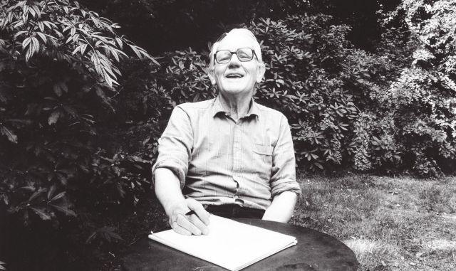 Alberts begin jaren tachtig in de tuin achter zijn huis in Blaricum (foto De Groene/Hans Vermeulen)